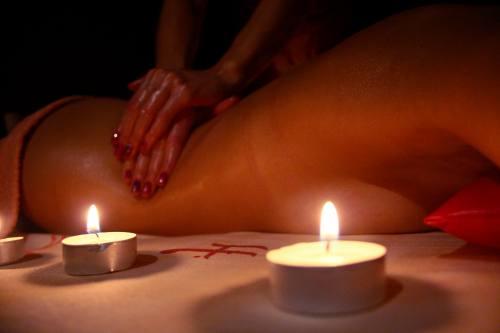 фото девушка делает массаж